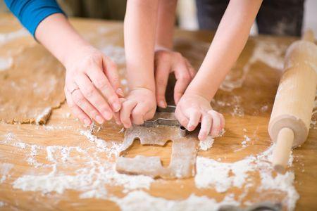 mere cuisine: Jeune maman et son fils dans la cuisine des cookies.