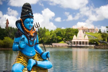 シヴァの彫像とグランド バッサン湖、モーリシャスでヒンズー教の寺院