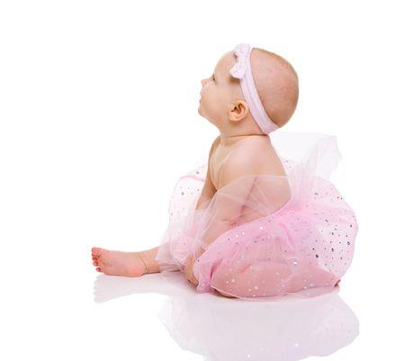 bebe sentado: Bailarina beb�. Muy feliz ni�a linda bailarina llevar falda. Aislado en blanco. Foto de archivo