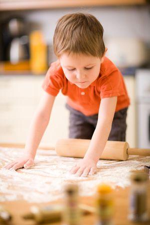 baking cookies: Lifestyle immagine del ragazzino cottura cookie.