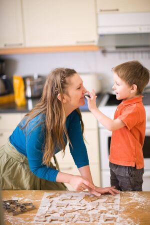 Jeune maman et son fils dans la cuisine des cookies. Banque d'images - 4379522