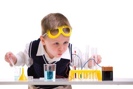 experimento: Cient�fico loco. Joven realizar experimentos con bater�a y la peque�a l�mpara. Foto de archivo
