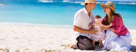 panorama beach: Vacanza in famiglia. Foto panoramica di famiglia di tre giovani su sabbia bianca spiaggia tropicale