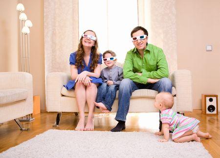 family movies: Feliz familia de cuatro en casa viendo la pel�cula en 3D gafas.