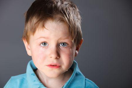 crying boy: Retrato de 4 a�os de edad llorando ni�o