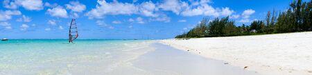 mauritius: Tropisch paradijs. Wit zand strand, turquoise blauwe oceaan en hemel. Stockfoto