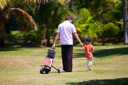 golfing: Vader onderwijs zijn zoon te spelen golf.