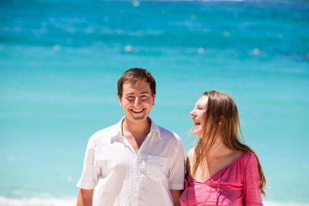 honeymooner: Retrato de pareja feliz de vacaciones
