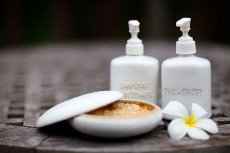 gel douche: Shampoing, gel douche, le bain de sel et fleur de frangipanier Banque d'images