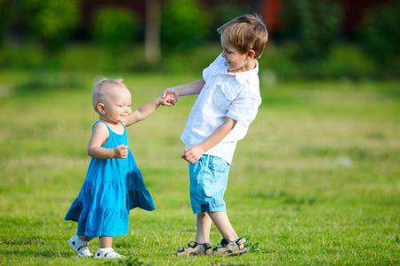 brat: Brat i siostra zewnątrz w słoneczny dzień