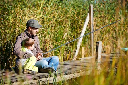 hombre pescando: Padre e hijo peque�o conjunto de pesca en el lago