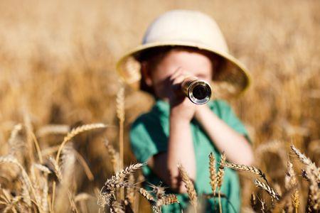 t�lescopes: Portrait de l'explorateur nature jeunes en champ de bl�