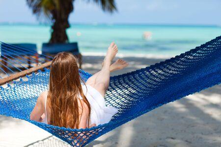 zanzibar: Mooie vrouw ontspannen in een hang mat op tropische strand van Zanzibar eiland