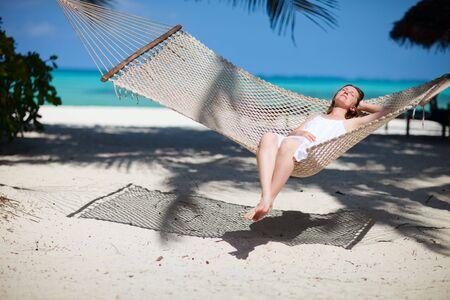 zanzibar: Mooie vrouw ontspannen in een hang mat op het eiland tropisch strand Zanzibar