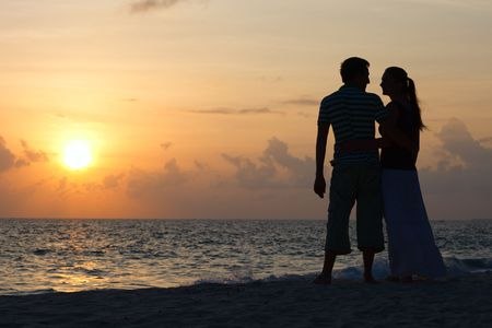 woman shadow: Silhouette of romantic couple on tropical beach at sunset