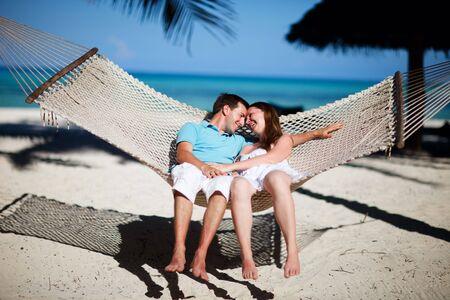zanzibar: Jonge romantische paar ontspannen in een hang mat op het eiland tropisch strand Zanzibar  Stockfoto