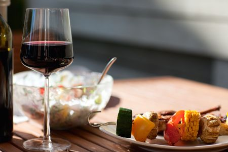 vin chaud: Grilling at summer weekend. Fresh grilled meat and vegetables served outdoors. Banque d'images