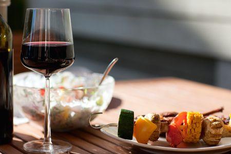 carne asada: Parrilla en fin de semana de verano. Carne a la parrilla fresca y verduras se sirven al aire libre.