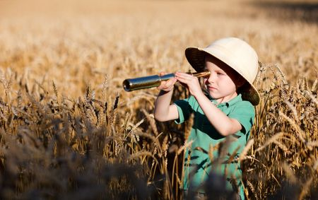 Retrato de naturaleza joven explorador en el campo de trigo Foto de archivo