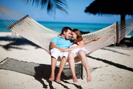 luna de miel: Joven pareja rom�ntica relajante en hamaca en isla tropical playa de Zanz�bar