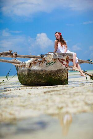 zanzibar: Mooi meisje op tropische strand van Zanzibar eiland  Stockfoto