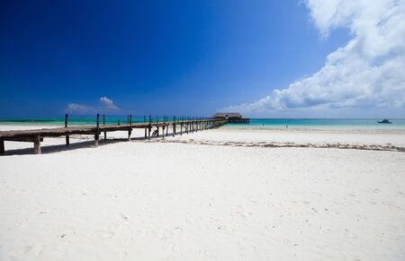 zanzibar: Houten jetty op witte zand tropische strand op Zanzibar eiland
