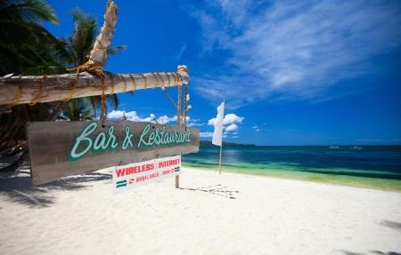 El restaurante y bar invitar a Junta de signo sobre tropical playa de arena blanca
