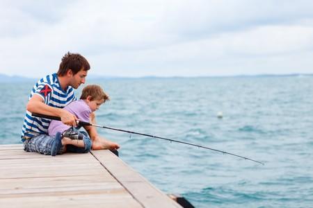 hombre pescando: Padre e hijo juntos de pesca por el Oc�ano  Foto de archivo
