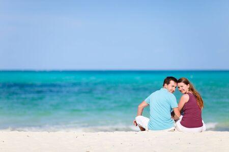 luna de miel: Joven pareja rom�ntica en la playa de arena blanca