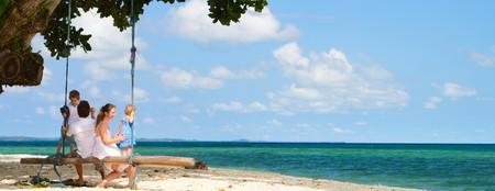 panorama beach: Foto panoramica della famiglia di quattro divertirsi sulla spiaggia tropicale