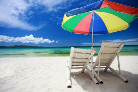 playas tropicales: Dos playa sillas y coloridos paraguas en perfecta playa tropical  Foto de archivo