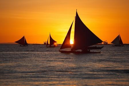 Zeilboten tegen de prachtige zons ondergang in Boracay Filippijnen