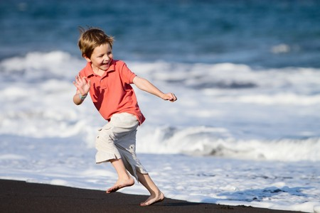 enfant qui court: Kid Runs On The Beach