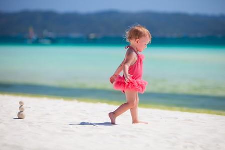 klein meisje op strand: Peuter meisje spelen op strand