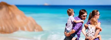 klein meisje op strand: Panoramische foto van jonge gezin met twee kinderen op tropische vakantie Stockfoto