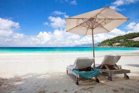 strandstoel: Strandstoel op perfecte tropische wit zand strand Stockfoto