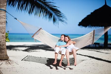 zanzibar: Jonge romantisch paar, ontspannen in een hangmat op tropische strand van Zanzibar eiland