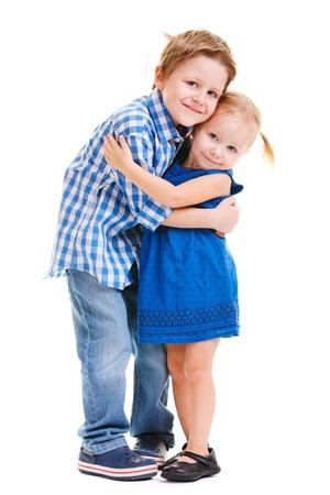 Liefdevolle broer en zusje knuffelen geïsoleerde over white