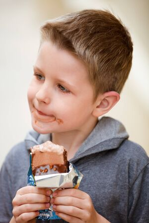 chocolate ice cream: Adorable petit gar�on manger au chocolat cr�me glac�e