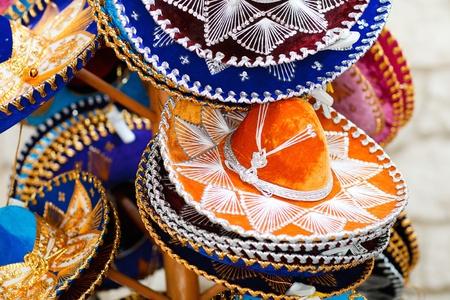 trajes mexicanos: Sombreros tradicional sombrero mexicano colorido en venta Foto de archivo