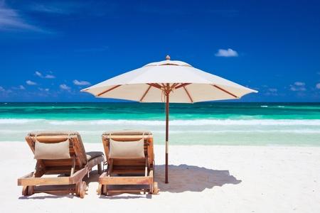 ombrellone spiaggia: Due sdraio e ombrellone sulla meravigliosa spiaggia tropicale a Tulum, Messico