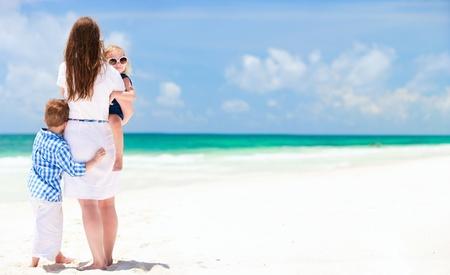 mama e hijo: Madre y dos hijos en la playa tropical impresionante