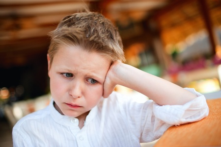 ni�os tristes: Retrato de ni�o peque�o muy molesto