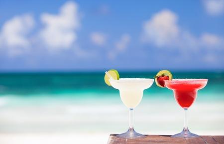 margarita cóctel: Cocteles margarita clásico y fresa en playa mexicana