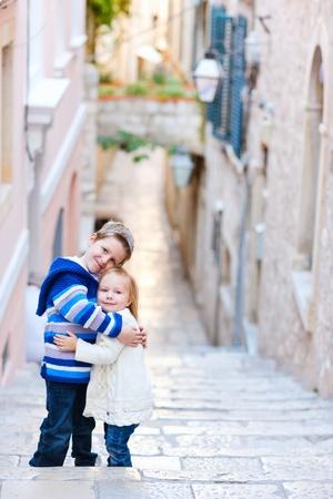 Broer en zus knuffelen en poseren op smalle straat in Dubrovnik Kroatië