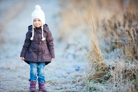 ropa de invierno: Retrato de adorable ni�a al aire libre en el fr�o d�a de invierno Foto de archivo