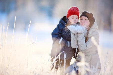 ropa invierno: Madre e hijo disfrutando de hermosos d�a al aire libre de invierno Foto de archivo
