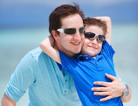 sunglasses: Retrato de feliz padre e hijo en las vacaciones de verano