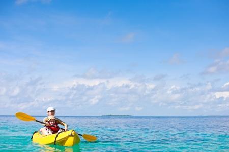 kayak: Moeder en zoon kajakken op tropische oceaan