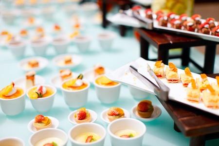 Rozmanitost lahodné mini dezertů v restauraci formou švédských stolů